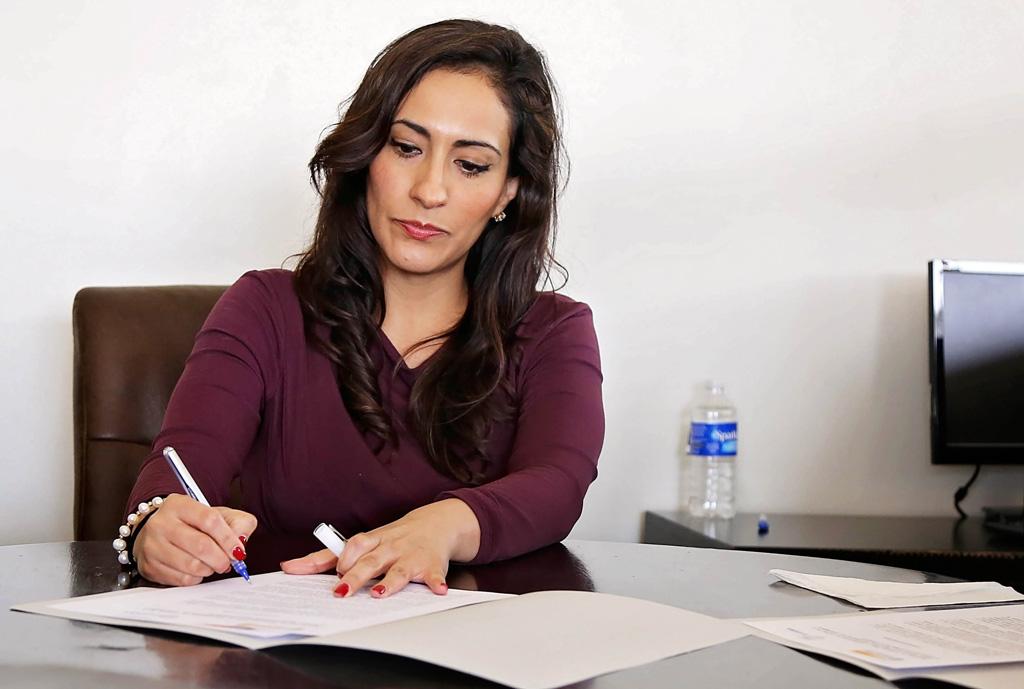 Nachhilfelehrerin kontroliert Übungsaufgaben